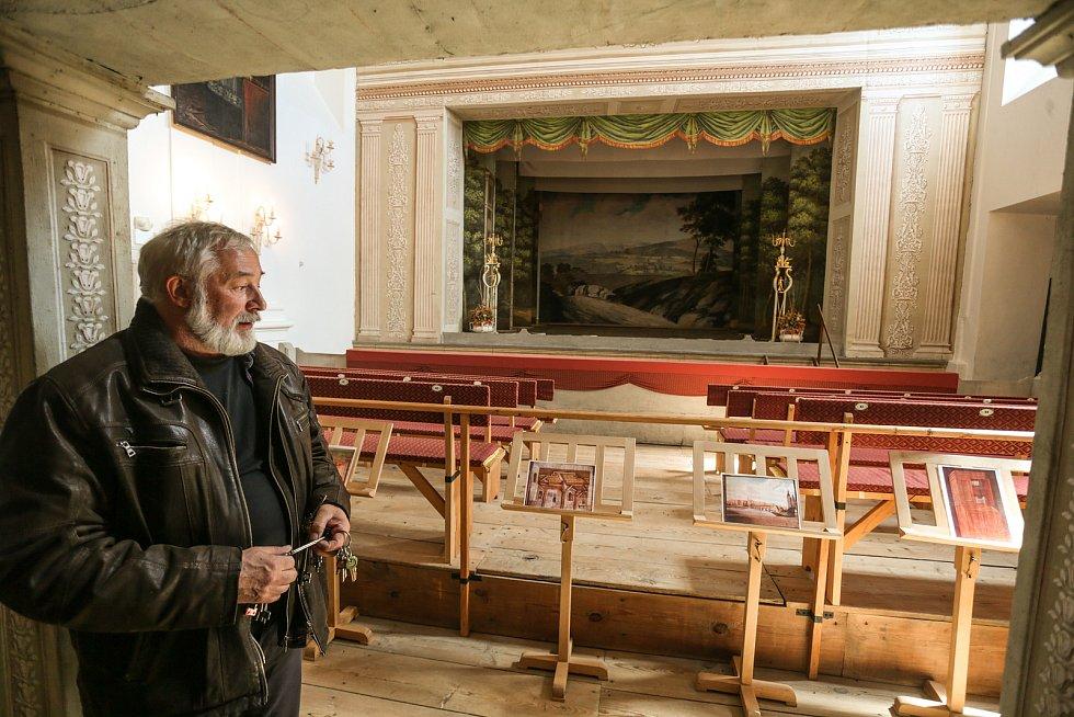 Z prohlídky zámku v Mnichově Hradišti. Na snímku kastelán Radovan Chmel.