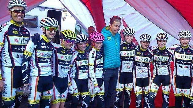 Tým mládežníků Ivar CS Author Temu s trenérem a také hvězdou Petrem Saganem