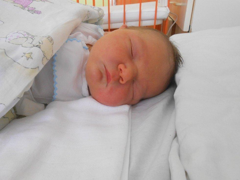 MILOSLAV Surynek junior se narodil 23. května, vážil 4,5 kilogramů a měřil 54 centimetrů.
