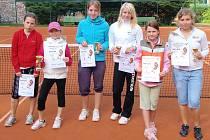 Nejúspěšnější účastnice tenisového turnaje Masters 2010 v kategorii starších žákyň: (odleva) Kettnerová, Pospíšilová, Šimonová, Blechtová, Lepková, Paldusová.