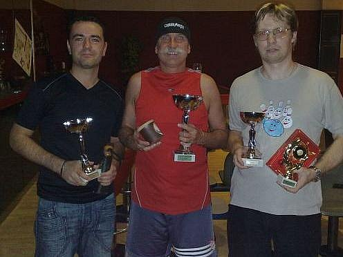 Trojice nejlepších v bowlingovém boleslavském turnaji: (odleva)Zdeněk Hnízdo, Pavlín Jirků (vítěz), Jaroslav Maňásek.