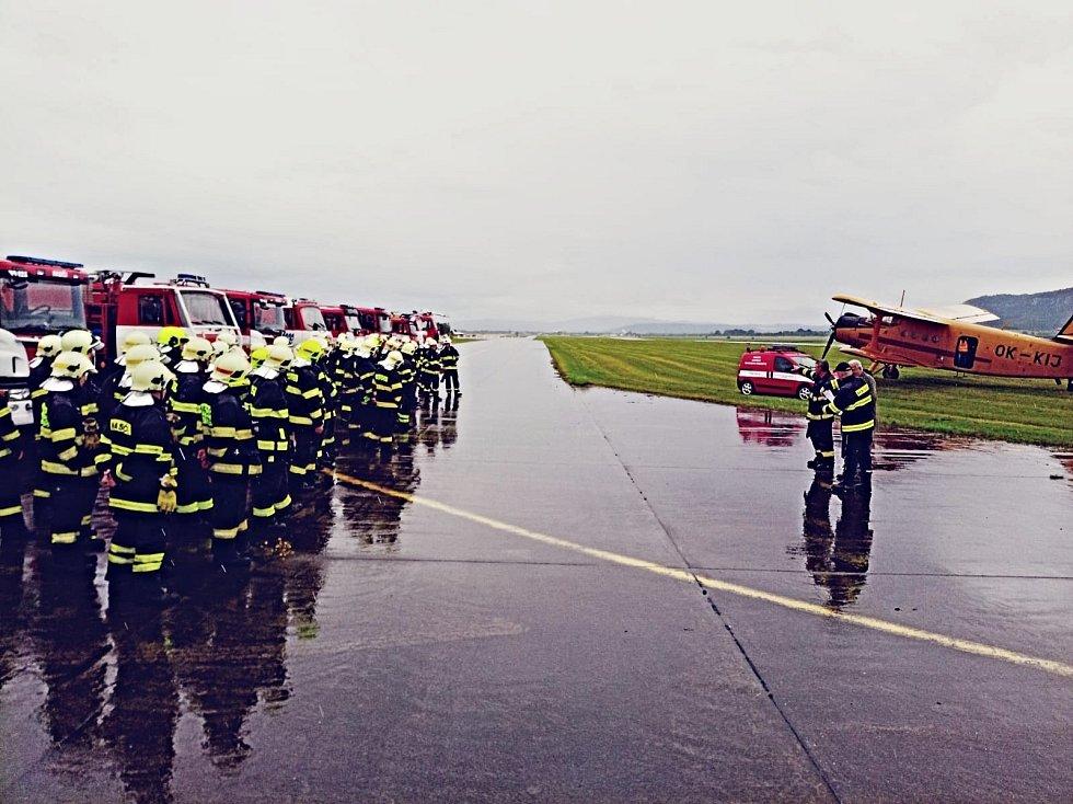 Ze cvičení hasičů, jehož úkolem bylo plnění hasičského letadla.