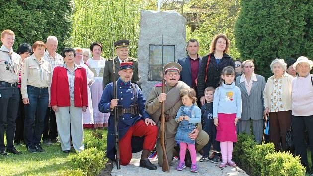Obyvatelé Holých Vrchů při pietních aktu u příležitosti 70. výročí osvobození