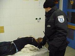 Agresivní pacient skončil v poutech.