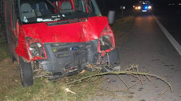 Řidič kvůli zvířeti na silnici strhl řízení a skončil s vozem v příkopu ve stromu.