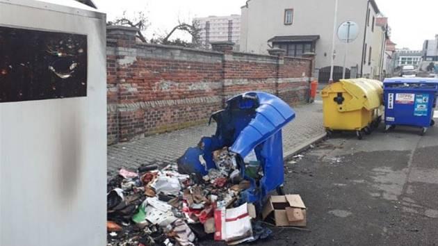 Zničené kontejnery v Jiráskově ulici