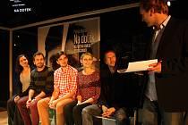 Čtyři herci, tři stěny z plexiskla, čtyři bedny a kvalitní text. Na dotek dnes uvidí premiérové publikum.