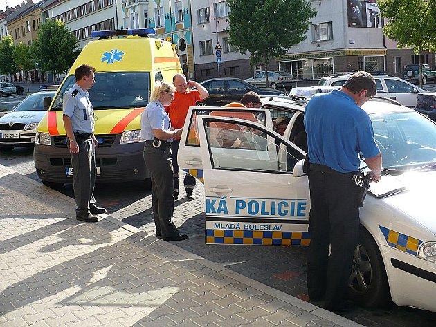 Přepadenou ženu ošetřili záchranáři, útočiště našla v policejním voze.