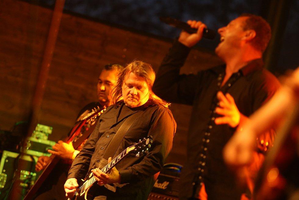 Z koncertu kapely Komunál u zříceniny hradu Valečov v Bosni na Mladoboleslavsku.