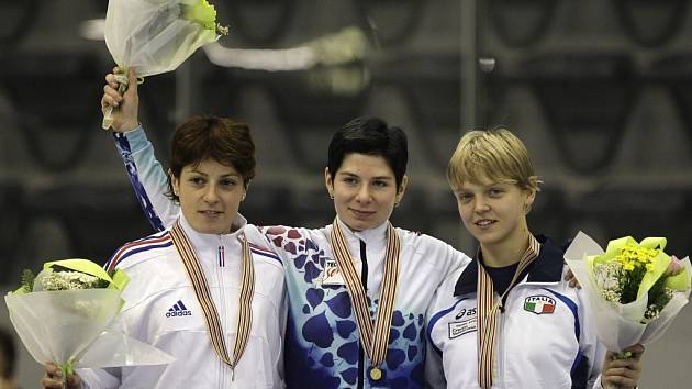 Kateřina Novotná (uprostřed) na stupních vítězů