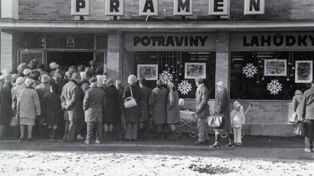 Otevření samoobsluhy Pramen na náměstí. Rok 1976.