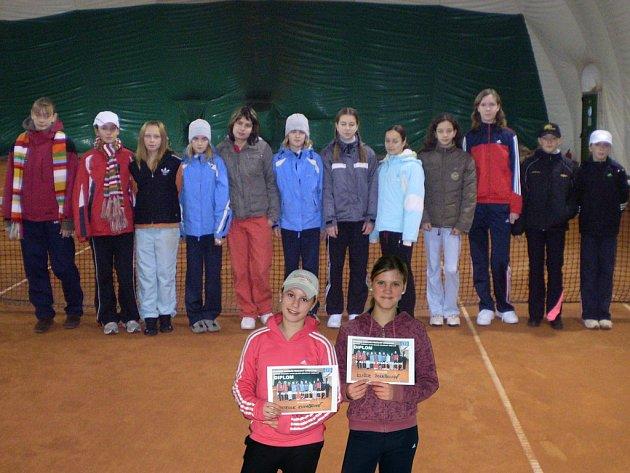 Účastniíce okresních halových přeborů Mladeoboleslavska v tenisu.