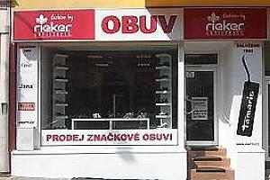 Průčelí nové prodejny obuvi na náměstí Republiky.