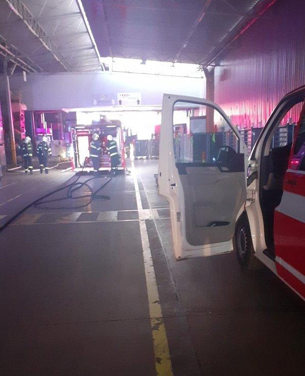 Škody předběžně odhadované na čtyři miliony korun napáchal na výrobní technologii požár, který v neděli večer vypukl ve firmě v Plazech nedaleko Mladé Boleslavi vyrábějící plastové doplňky pro automobily.