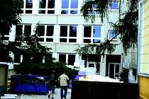 Budova ZŠ Pražská Teplo již v zimě okny utíkat nebude.