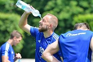 Jiří Skalák se občerstvuje během úvodního tréninku FK Mladá Boleslav