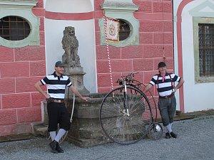 Spanilá jízda historických velocipedů zahájila ve čtvrtek odpoledne 19. dubna na mnichovohradišťském zámku výstavu s hravým názvem Dokola okolo kola.