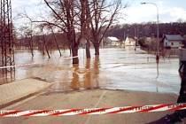SAMÁ VODA. Takto při povodních vypadala obec Podlázky.