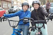 JAKUB ŘEŽÁBEK (vlevo) na startu Bruslení městem společně se svým kamarádem.