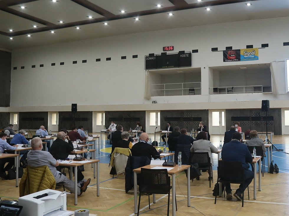 Zastupitelé se pondělí 19. dubna sešli ve sportovní hale u fotbalového stadionu.