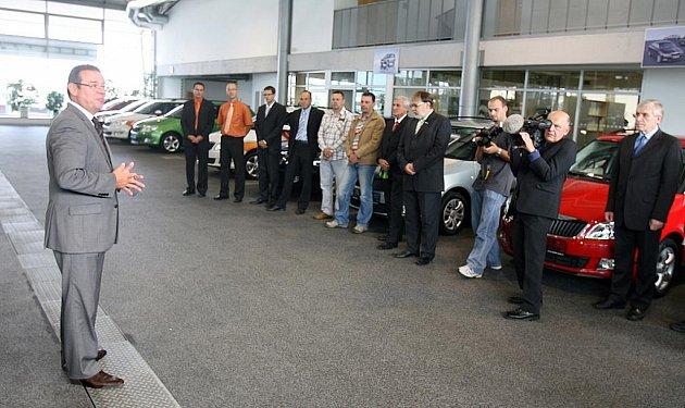 Zaměstnanci Škoda Auto převzali ocenění za své zlepšovací návrhy - klíčky od vozů Škoda Yeti.