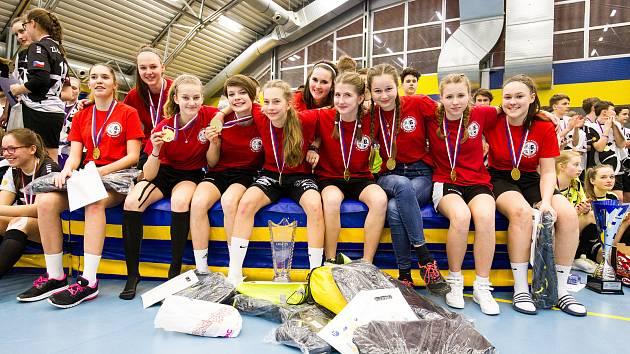 Florbalový dívčí tým z mladoboleslavské šesté základní školy ovládl i finálový turnaj Sportovní ligy, které hostil areál pražského Campanusu.