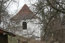 Zvonice v Krnsku, kde byl zničen vzácný zvon