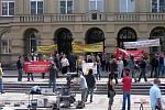 Natáčení filmu o vrahovi Jiřím Kajínkovi. Početný komparz demonstruje za jeho propuštění před budovou soudu v Mladé Boleslavi.