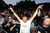 Koncert kapel Alkehol (ve fotogalerii) a Walda Gang se u Hradu Valečov v Boseni na Mladoboleslavsku konal v pátek 24. července. Akci jsme navštívili s redakčním objektivem.
