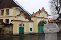 Jarmil Škvrna s manželkou vtiskl starému domu ve Skalsku novou nádheru. V závěru loňského roku ji korunovali opravenou bránou z 19. století.