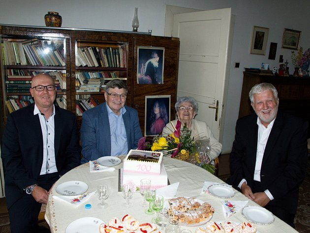 Pogratulovat Ludmile Červené ke 100. narozeninám přišli zástupci vedení města.