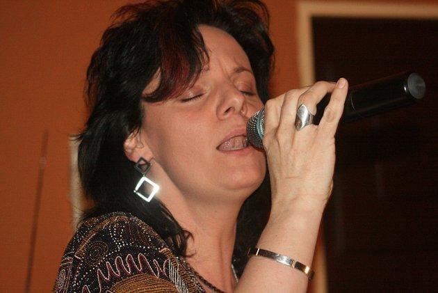 Original Swing Band hrál ve Fantazii. Zpěvem potěšila posluchače Monika Karglová.