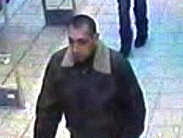 Podezřelého muže natočily bezpečnostní kamery.