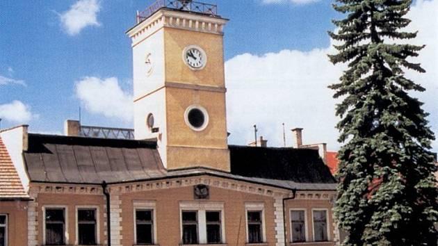 Městský uřad v Dolním Bousově, kde mělo dojít k uplácení.