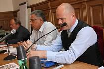 Vedení města na zasedání zastupitelstva.