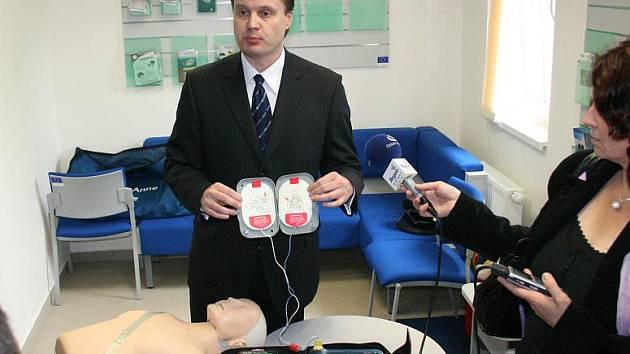 Předání defibrilátoru v Benátkách.