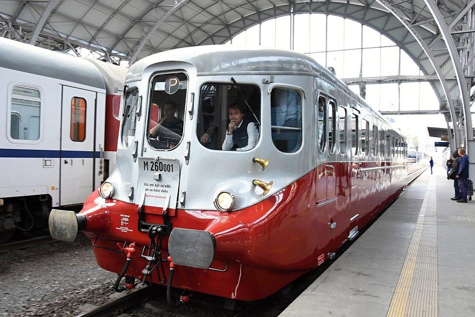 Na Mělnicko, Mladoboleslavsko a Nymbursko vyjel v pátek z Prahy historický motorový vůz 260.001 zvaný Stříbrný šíp.