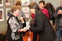 Šéf cestovky Monatour předává první cenu Libuši Krejbichové.
