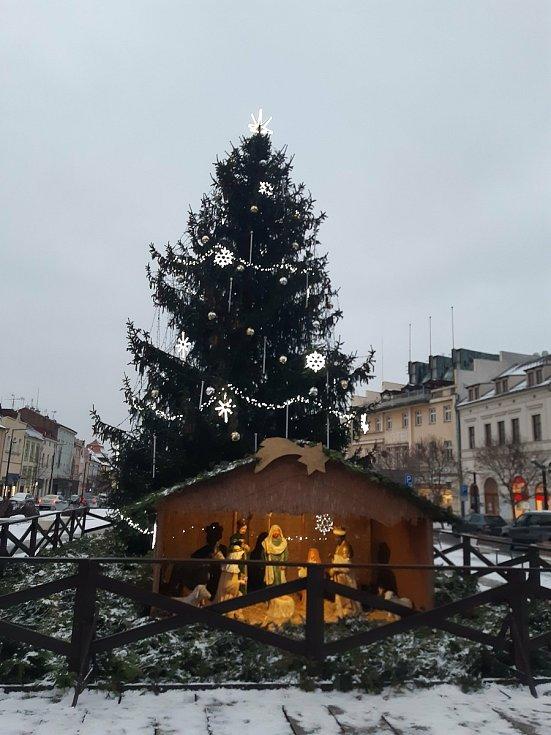Stromeček na Staroměstském náměstí v Mladé Boleslavi (Advent 2020).