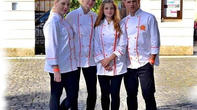 ČTVEŘICE CUKRÁŘŮ: Veronika Renzová, Soňa Renová, Martina Dohnalová a Dominik Mahr.