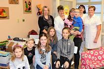 Díky sbírce žáků ze Základní školy Pastelka má dětské oddělení Klaudiánovy nemocnice nové hračky, společenské hry i knihy.