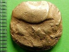 Zlatá keltská mince nalezená na poli u Benátek nad Jizerou.