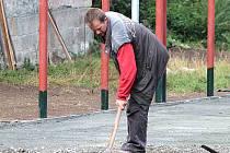 VÍCEÚČELOVÉ hřiště v Katusicích je téměř hotové. Sportovat na něm bude moci i veřejnost.