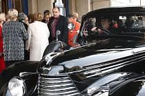 Před premiérou hry Dědeček automobil přijela před budovu divadla historická vozidla.
