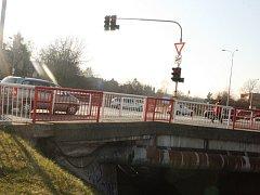 Komunikace u nájezdu na přemostění železniční trati na křižovatce U Měšťáků potřebuje opravu.