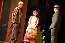 Ostřílení divadelníci odehráli ve středu večer v městském divadle derniéru komedie Bůh masakru, jejich mladší kolegové z prvního ročníku ve čtvrtek potěšili svou svéráznou adaptací Červené Karkulky děti v Domě kultury.