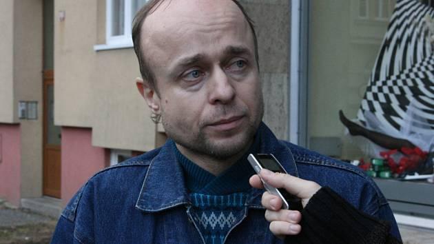 Vladimír Ruta  si včera u soudu v Mladé Boleslavi připomněl zřejmě nejhorší okamžiky svého života.  1. září 2007 jel se svou manželkou na motocyklu Jawa směrem na Benátky nad Jizerou. Měli ale dopravní nehodu, při níž zemřela jeho žena.