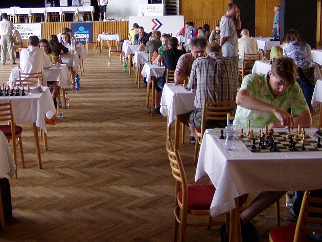 V Domě kultury panuje při šachovém festivalu ticho i rušno zároveň.