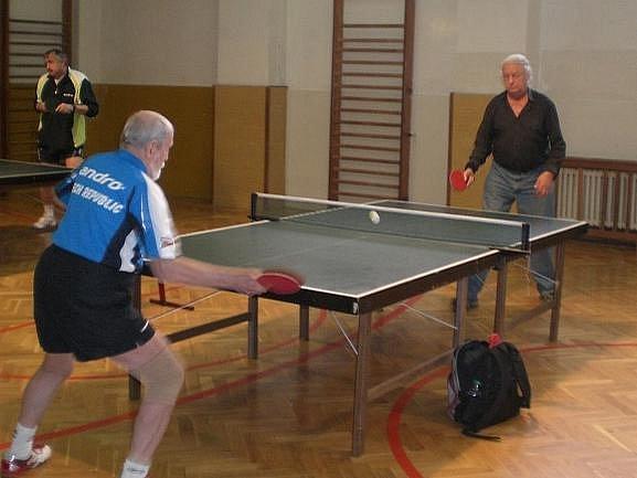 Václav Jírovec (zády) a Václav Syrový mladší nemohli chybět na turnaji veteránů