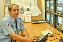 Pracovník Městské policie Mladá Boleslav sleduje záběry kamer 24 hodin denně.